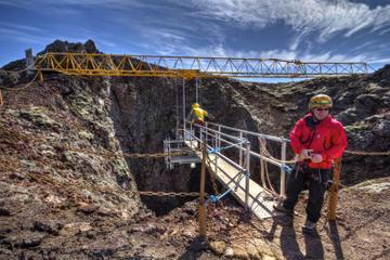 Tour dei vulcani per piccoli gruppi da Reykjavik: Discesa nel vulcano