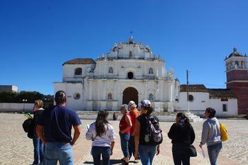 Mercado de San Juan Comalapa y ruinas de Iximche desde la ciudad de...