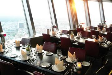 Evite las colas: cena en la torre de TV y recorrido por la ciudad en...