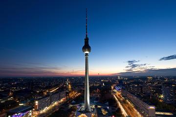 Gå forbi køen ved Berlins fjernsynstårn, kveld i Berlin