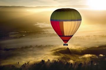 Ballongferd over Yarra Valley ved soloppgang