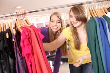 Excursión de compras y moda adolescente en París