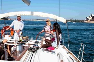 Luxus-Segeltörn inklusive Mittagessen durch den Hafen von Sydney