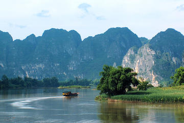 Guilin Coach Day Tour to Yangshuo Old Town including Li River Cruise...