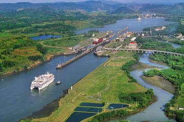Recorrido en barco por parte del Canal de Panamá