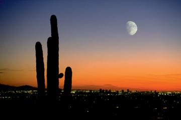 Excursión aérea de la puesta de sol y las luces de la ciudad de...