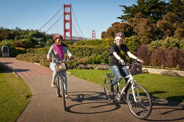 Recorrido en bicicleta por la tarde por el puente Golden Gate de San...