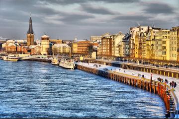Weihnachtliche Rheinschifffahrt in Düsseldorf am Nachmittag