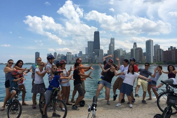 Excursão de bicicleta pela extensão ao longo da beira do lago de...