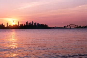 Navigation au coucher du soleil dans le port de Sydney