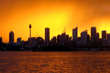 Segeln bei Sonnenaufgang durch den Hafen von Sydney