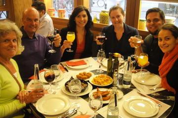 Tour privado y guiado a pie para degustar tapas en Barcelona