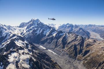 Voo de helicóptero com vista alpina do Monte Cook