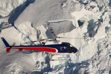 Voo de helicóptero no alto da montanha do Monte Cook