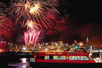 Crucero de Año Nuevo con fuegos artificiales en la ciudad de Nueva...