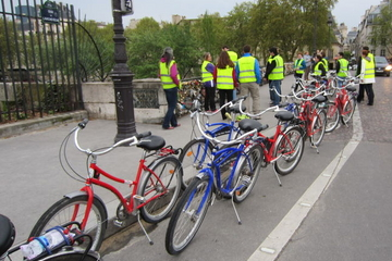 Excursão de bicicleta à noite por Paris