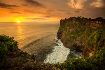 Uluwatu Cliff by Night: Seafood Dinner and Show
