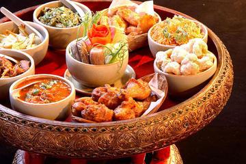 チェンマイの伝統的なカントーク料理のディナーと…