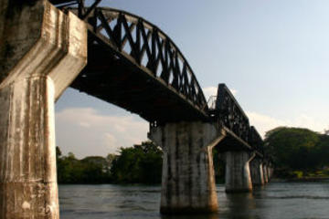 Bron över floden Kwai och rundtur med tåg i Thailand–Burma