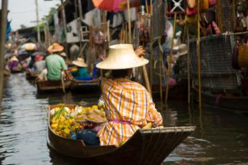 En resa från Bangkok till flytande marknaderna och bron över floden ...