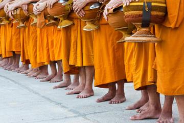 Viator Exclusive: in de ochtend aalmoezen geven aan boeddhistische ...