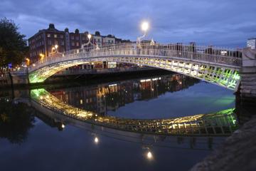 Dublin bei Nacht im offenen Bus