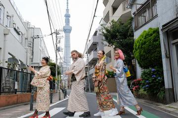 Stroll Along Shitamachi in a Striking Casual Kimono