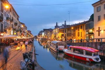 Excursão noturna a pé pelo Canal Navigli em Milão com vinho e comida