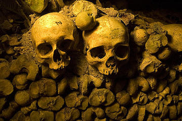 Saltafila: tour a piedi per piccoli gruppi delle catacombe di Parigi