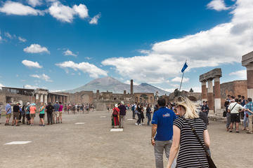 Skip-The-Line Pompeii and Vesuvius with Pizza Lunch from Sorrento