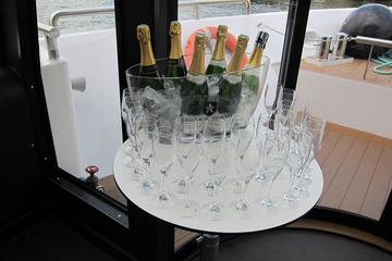 Champagnesmagning under sejltur på...