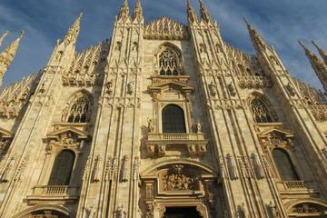 ファーストトラックのチケットエレベーターでミラノの大聖堂と屋上