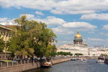Croisière touristique sur le fleuve Neva à Saint-Pétersbourg