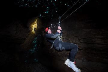 Excursión de cuevas de Waitomo, rafting en aguas bravas