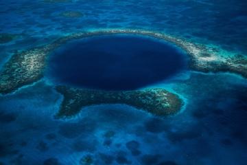 Hubschrauberrundflug: Blue Hole und Turneffe-Inseln