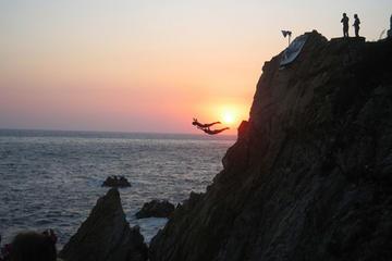 """Espectáculo nocturno de """"clavadistas"""" en Acapulco"""