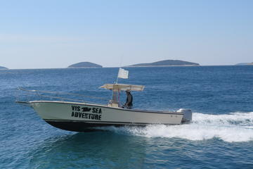 Crewed power boat rental on island Vis