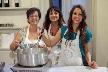 Lezione di cucina italiana per piccoli gruppi con tour del mercato di