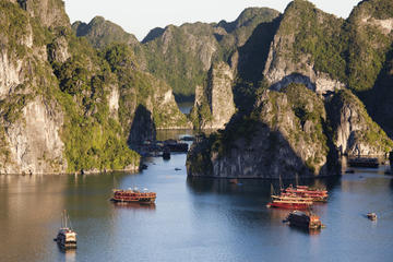 Excursión de aventura para grupos pequeños por la Bahía de Halong con...