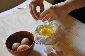 Lezione di cucina e pranzo in un casolare toscano con tour del