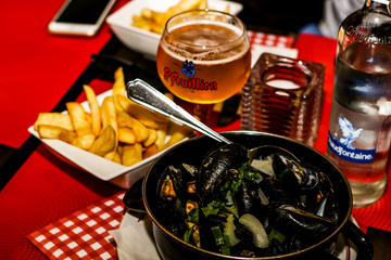 Eten-en-bierwandeling met mosselen en chocolade in Brussel