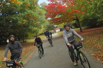 Paseo en bicicleta por el follaje otoñal de Boston