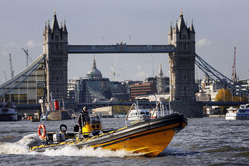 High-Speed-Flussfahrt auf der Themse vom Embankment Pier