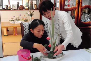 Watch the Flower Auction and Experience Ikebana using Japanese Flowers