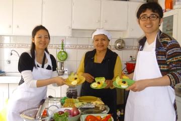 Aula de culinária com uma família local Lima