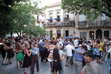 Recorrido a pie por los locales de moda de Tango en Buenos Aires