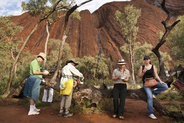 Vollständige Umrundung des Fußes von Uluru bei Sonnenaufgang...