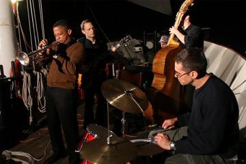 Navegación de tarde por el puerto de Nueva York con jazz en directo