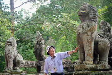 Booking Japanese Speaking Guide with transport Angkor Wat Small Group