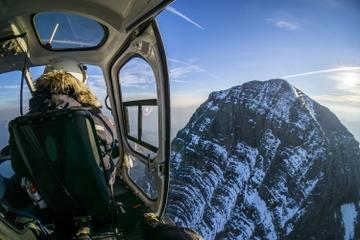 Excursão de helicóptero sobre as montanhas rochosas canadenses